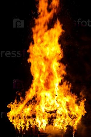 Деревянная крыша в огне