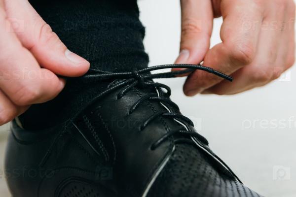 Завязать шнурки