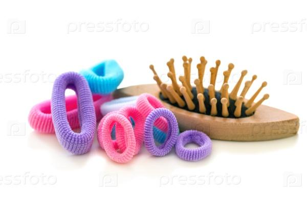 Резинки для волос и деревянная расческа