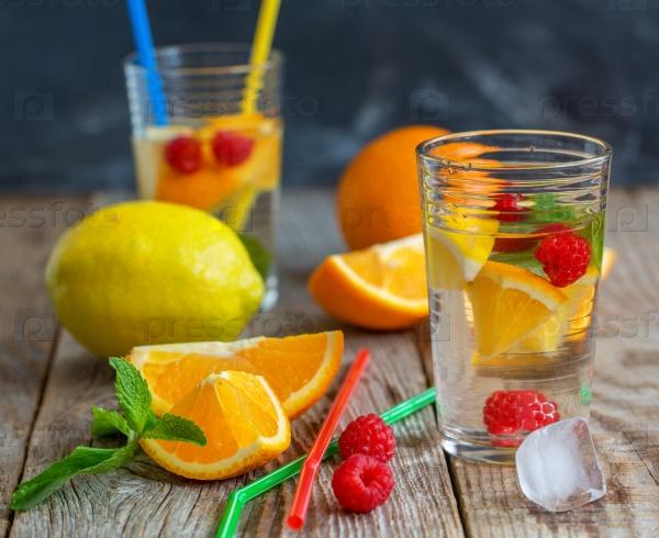 Стакан лимонада с фруктами