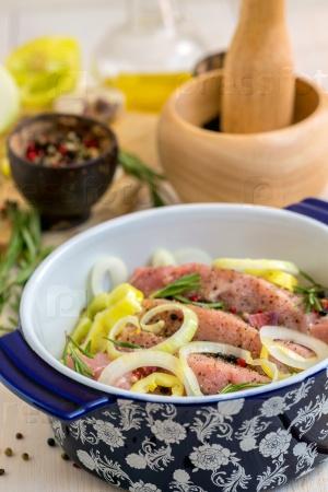 Маринованное мясо, специи и овощи