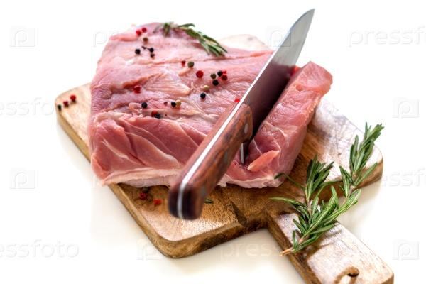 Кусок свинины с перцем и розмарином