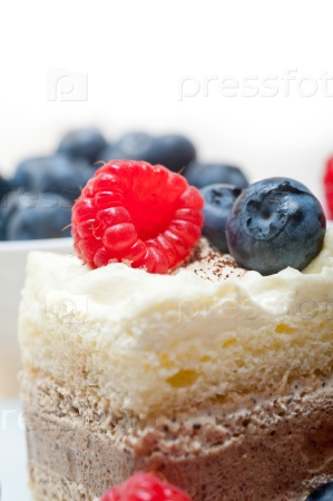 Пирожное с ягодами