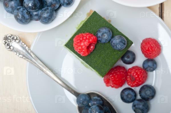 Зеленый чай матча и торт с ягодами