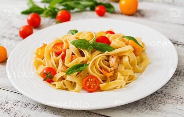 Паста Феттучини в томатном соусе с курицей