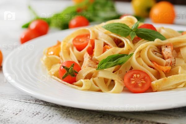 Паста Феттучини в томатном соусе с курицей и помидорами