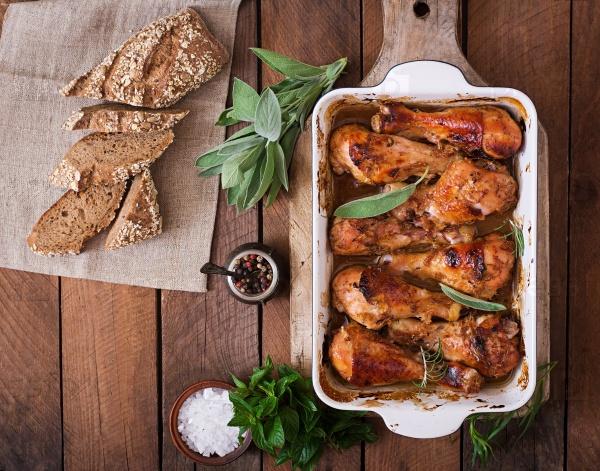 Запеченые голени цыпленка и греческий салат