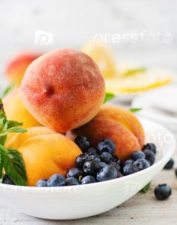 Свежие персики и голубика