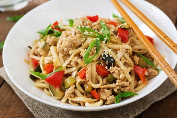 Лапша удон с мясом и овощами в азиатском стиле