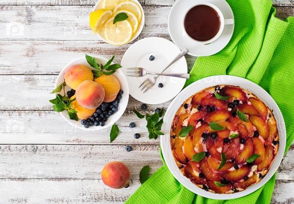 Пирог с персиками и черникой