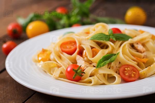 Паста Феттучини в томатном соусе с курицей и помидорками