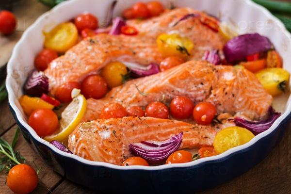 Запеченное филе лосося с помидорами