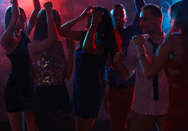 Девушка в ночном клубе без лица мужской клуб мотылек спб отзывы