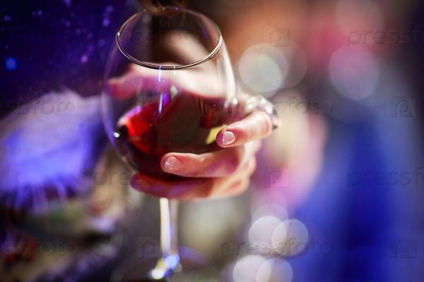 Картинки по запросу бокал вина в руке