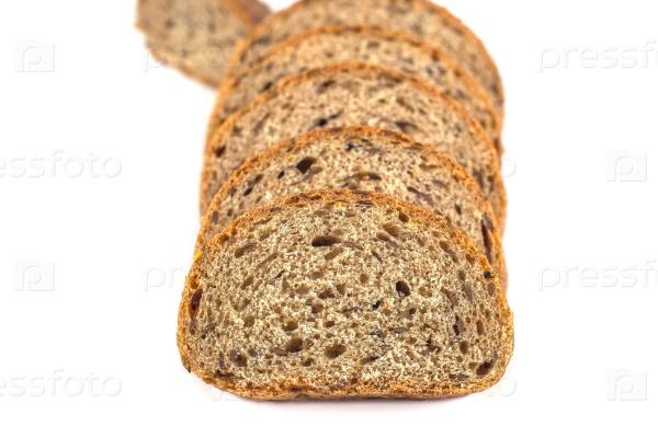 На белом фоне хлеб