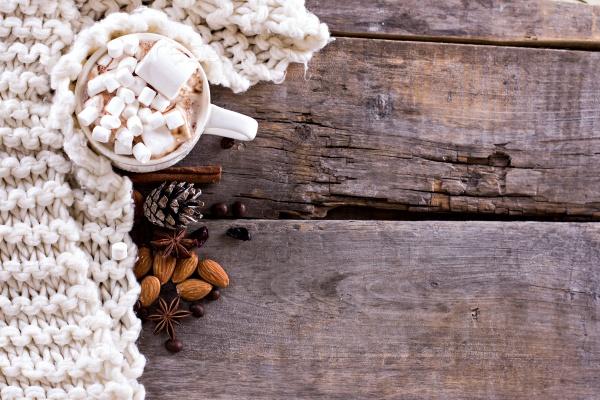 Кофе, горячий шоколад и уютное трикотажное одеяло