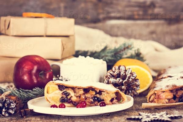 Яблочный штрудель с сухофруктами, апельсинами, клюквой, грецкими орехами и сахарной пудрой
