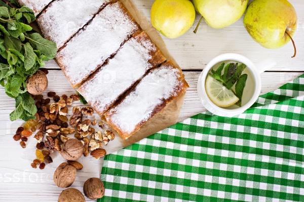 Яблочный со свежими яблоками, палочками корицы, мятой и сахарной пудрой