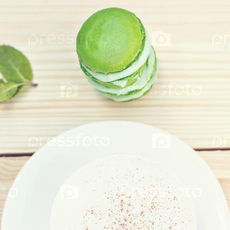 Зеленые французские макароны