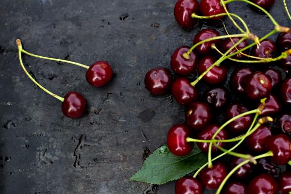 Свежие вишни на темном фоне