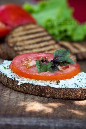 Хлеб с сыром и помидором