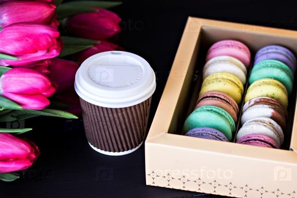 Разноцветные макаруны и кофе