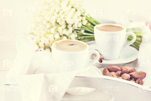 Эспрессо, орехи и букет цветов