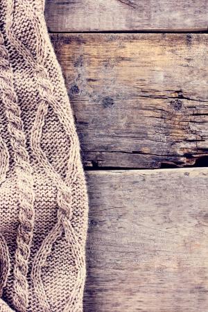 Вязаный плед на старых деревянных досках