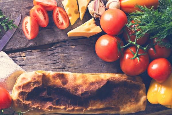 Домашний штрудель с курицей, сыром, овощами и белым соусом