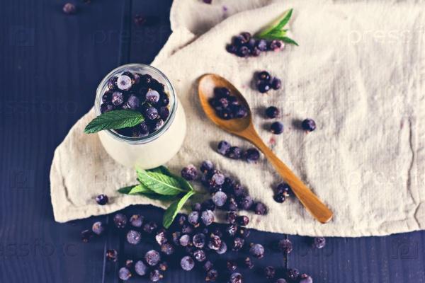 Натуральный йогурт с черной смородиной