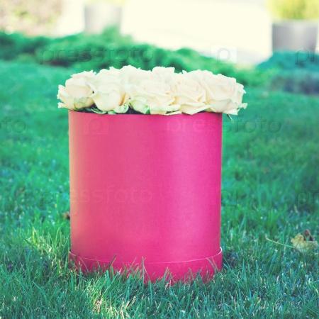 Букет из белых роз в коробке
