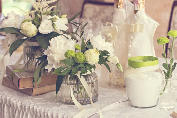 Букет белых цветов. Декор свадебного стола