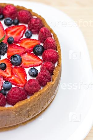 Чизкейк со свежими ягодами на столе