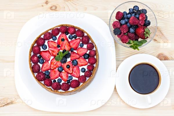 Чизкейк со свежими ягодами и кофе