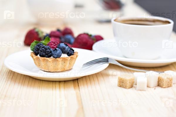 Тарт с свежими ягодами
