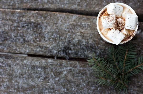 Чашка теплого какао с зефиром на старых деревянных досках
