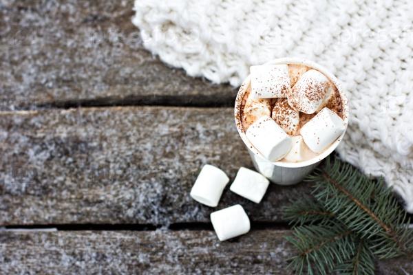 Чашка теплого какао с зефиром и уютный трикотажный шарф