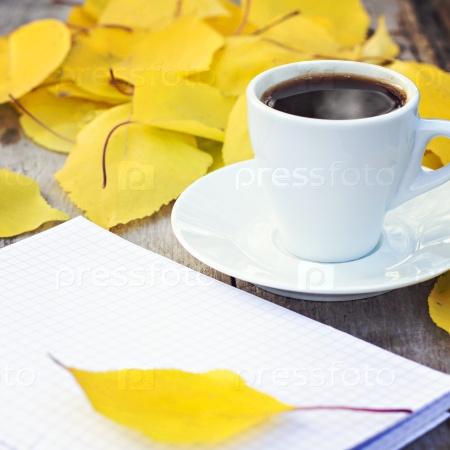 Блокнот, чашка кофе и желтые осенние листья