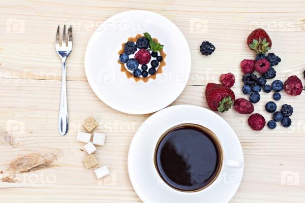 Тарт со свежими ягодами и кофе