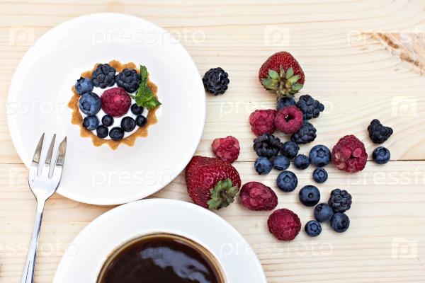 Тарт со свежими ягодами