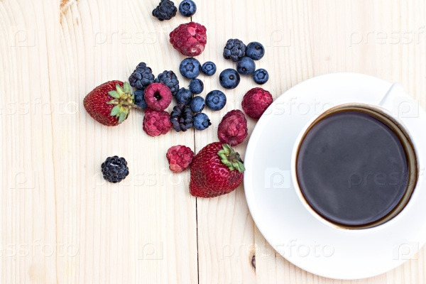 Летние ягоды и чашка кофе