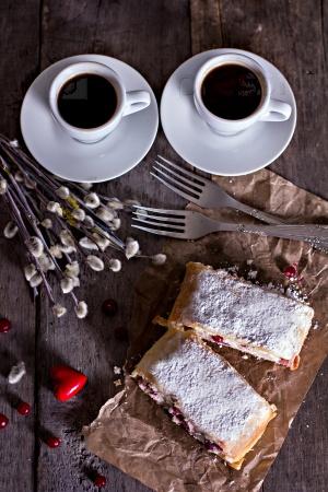 Пирог с клюквой и сыром и две чашки кофе