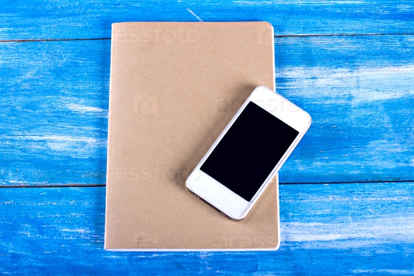 Блокнот и мобильный телефон