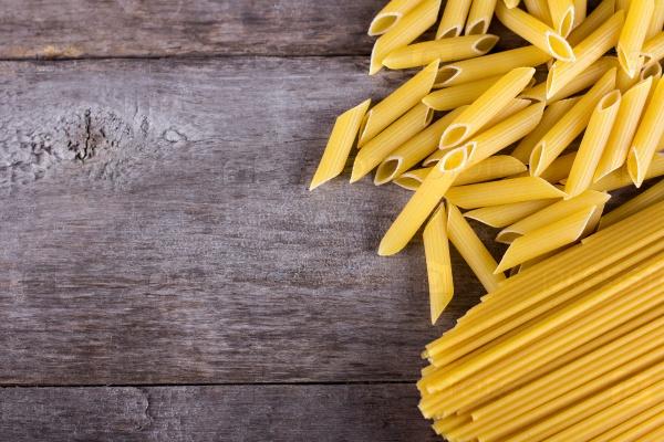 Макароны и спагетти на старом деревянном столе