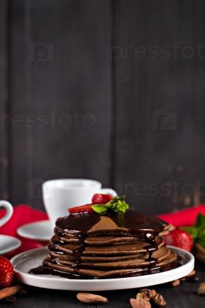 Шоколадные блины с шоколадным соусом и клубникой