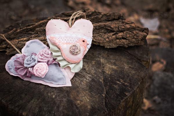 Текстильные сердца на старой доске