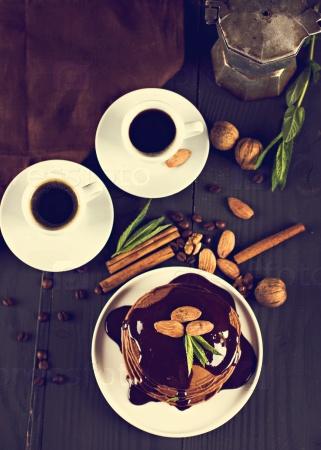 Шоколадные блины с шоколадным соусом и кофе