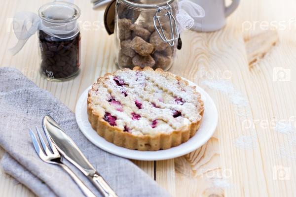 Домашний пирог с кофе на деревянном фоне