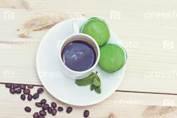 Зеленые французские макароны и кофе