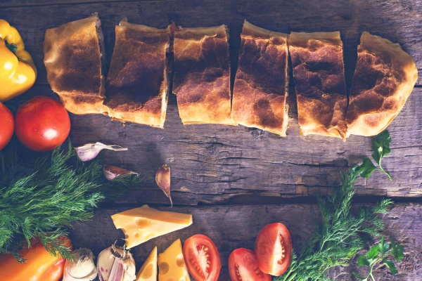 Домашний штрудель с курицей, сыром и овощами